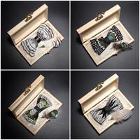 Nuevas pajaritas de plumas de llegada para la caja de madera Broche de los hombres en blanco y negro Pajaritas verdes desgaste del partido de boda del pañuelo regalo diario