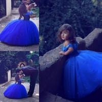Robes de fille de fille de fleur de robe de robe Royal Blue Tull 2019 hors épaule avec papillons perlés Petite robe de soirée de bébé filles Pageant