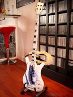 Insolito 4 stringhe principe Symbol un occhio Basso chitarra elettrica bianca Black Block intarsio nero Hardware