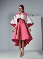 Goedkope elegante roze een lijn hoge lage prom jurken met cape witte kant applique satijn avondjurk formele slijtage partij jurken vestifdos