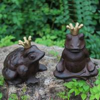 Set di 2 Charme incoronato principe ranocchio Ghisa Figural Scultura statua d'epoca ornamento giardino della casa Accent Cottage decorazione della Camera degli animali
