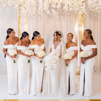 2020 저렴한 흰색 숄더 새틴 긴 신부 들러리 드레스 루칭 분할 스윕 기차 웨딩 게스트 하녀 명예 드레스 BM1539