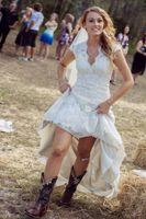 White Beach Country Brautkleider V-Ausschnitt Kappenhülsen Bodenlangen Spitze Brautkleider Cowgirls High Niedrige Backless Braut Brautkleider