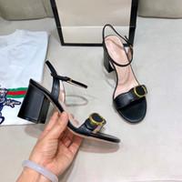 新しい到着ヨーロッパの古典的な特許革のフラット女性ユニークなデザイナーパーティーファッションガールズドレス結婚式の靴セクシーな靴文字バックル