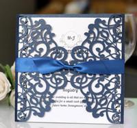 Tarjetas de invitaciones de la boda de la flor marina oscura del corte del láser barato con la cinta tarjeta de invitación nupcial personalizada