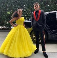 Abiti 2019 di colore giallo sfera di Tulle dell'abito della principessa delle ragazze di fiore una spalla bambine abiti sfarzo da spettacolo con telaio in rilievo vestito dal tappeto rosso