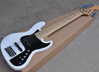 Venta Especial Blanco 6 Cuerdas Eléctrica Jazz Bass con Active Circuito, Negro golpeador, arce diapasón, se puede personalizar como Solicitud