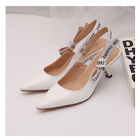 Vente chaude - Lettre Bow High Heel Chaussures Femmes Piste pointue Toe Bas Heel Chaussures Femme Gladiaor Sandales Lady Brand Design Mesh Chaussures plates