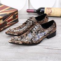 الأعمال الجلدية الجديدة خلال فصلي الربيع والخريف تساعدان بنقوش أو تصاميم منقوشة على أحذية جلدية للرجال من الخشب