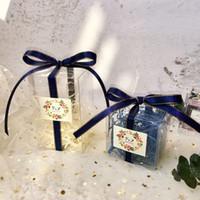 무료 배송 50PCS 사용자 정의 이름 날짜 스티커 결혼식 호의 및 선물 PVC 파란색 투명 출생 사탕 손님을위한 선물 상자를 상자