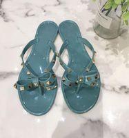 Verano playa de las mujeres de las chancletas zapatos clásicos Calidad tachonado señoras frescas del nudo del arco plana Zapatilla Mujer Remache jalea de las sandalias Q-229