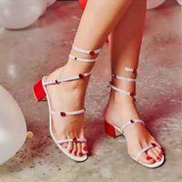 مصمم - الحب الديكور الصنادل سيدة مربع أحذية الزفاف مساء حزب أحذية اعوج كلمة الحفر حول القدم Sandalias الترتر الأحذية