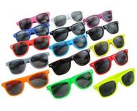 Vente chaude femmes et hommes la plupart des lunettes de soleil modernes en plastique de plage de style moderne bon marché de plage Beaucoup de couleurs à choisir Lunettes de soleil