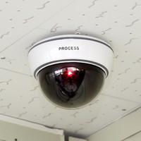 Cámara de seguridad de vigilancia con luz de sensor LED Cámaras falsas de cúpula ficticia para protección contra seguridad al aire libre interior