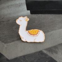 Alpaca Animal Squatting Alpaca Cartoon Spilla Creativo Lettera Creativo Tavers Denim Stemma del regalo Arms Animale Simpatico Pin Bianco