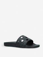 Diseñador Logotipo recortado Sandalias de caucho en relieve para mujer para mujer para mujer Unisex Plata plana zapatillas al aire libre Playa Causal Flip.