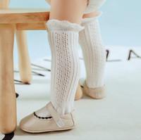 2019 Sommer neue Kinder-Socken-Babys schnüren sich hohle gestrickte lange Socken Kinder Spitze Falbala rutschfeste Strumpfbabybaumwollbein F5466