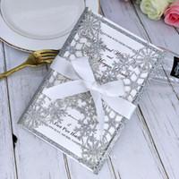 Copo de nieve de plata del corte del laser invitaciones de la boda con la cinta reluciente de tarjetas de la invitación para el partido invita Cumpleaños nupcial Almuerzo Quinceañera