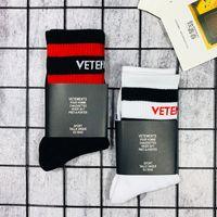 VET marea diseñador calcetines hombres y mujeres hip-hop calle rayas en el tubo antideslizante tablero calcetines deportivos