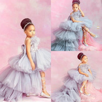 2020 Novo Laço Aplicada Alta Flor Low Flor Vestidos para Saias Tiered Little Girls Pageant Dress Feather Pena Primeiros Vestidos de Comunhão Sagrado