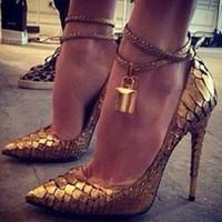 Sexy Ladies metálico bloqueo decoración del tobillo de Bling en espiral vestido de piel de serpiente de oro Bombas tacones de aguja en punta del dedo del pie zapatos de las mujeres