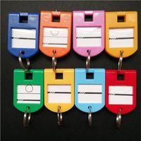 عالية الجودة 50pcs ملون بلاستيك الأمتعة رقم حقيبة تسمية مفتاح الكلمات المفاتيح زينة الرجال مفتاح سلسلة الإبداعية بنات سلسلة المفاتيح