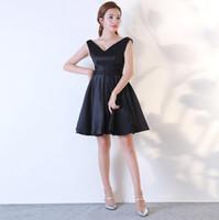 Neue attraktive einfache stil v-ausschnitt kurze knielangen trägerlosen sheer ausschnitt satin wenig schwarzes kleid rüschen cocktail kleider