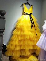 Желтый Глубокий V шеи Sexy Пром платья с Sash многоуровневого торт юбки вечернее платье Тюль Поезд стреловидности коктейль партии платья вечернее платье
