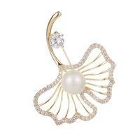 foglie di progettazione creativa delicata spilla di perle femminile moda semplice oro 18k spilla temperamento placcato sciarpa di diamanti di alta qualità fibbia