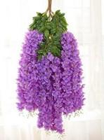 Элегантные лозы глицинии с густой посадкой цветов глицинии и искусственных цветочных лоз украшают свадебный сад дома вечеринка EEA40