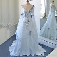 빈티지 셀틱 웨딩 드레스 화이트와 창백한 파란색 다채로운 중세 신부 가운 스쿠프 넥 라인 코르셋 긴 벨 슬리브 appliques 꽃