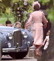 Chiffon Madre Kate Middleton del vestito dalla sposa maniche lunghe di lunghezza del tè Invitato a un matrimonio del V collo Dusty rosa abiti di sera convenzionali