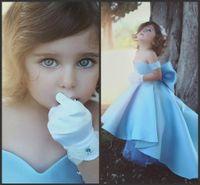Новые прекрасного Baby Blue Girls Pageant платье принцесса Простых Off Pageant партия Плечо большого бант узел Hi-Lo складок Девочки халаты Настраиваемый