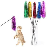 5pcs / lot colorido do gatinho do gato da fita Toy Wand engraçado Teaser Brinquedos 50cm de comprimento de plástico furar Pet Gatos Brinquedos Para Interativo reprodução aleatória