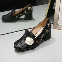 Classic Mid Heeled Łódź Projektant Buty Skórzany Gruby Heel Heels Heels 100% Towshide Tassels Okrągły Głowy Metalowy Przycisk Kobiety Mała Pszczoła Sukienka Buty Duży Rozmiar 34-42 US4-US11