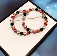 Hot Brand Tener Stamps Diamonds Designer Broches Esmalte Pines para Lady Mujeres Partido Amantes de la boda Regalo Compromiso Joyería de Lujo con caja LZ
