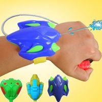 Pistola de agua para niños pistolas de pulverización de la muñeca de los niños Juguetes de los niños de verano Los puestos al por mayor de las pistolas de plástico