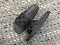 mens mulheres designer de moda piscina desportiva sandálias de borracha de slides chinelos plana com logotipo da assinatura do entalhe em relevo
