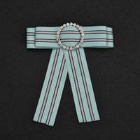 Vintage Collegio Vento Bowknot falso collare del legame strass a righe cravatta nastro tessuto corpetto Spilla per le donne B354