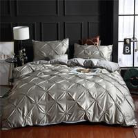 Lüks Katı Sahte İpeksi Rahat Nevresim Yetişkin Yatak Örtüleri Beyaz / Gri Yatak Örtüsü Yastık Yatak Nevresim Seti