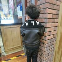New 2018 autumnwinter Veste en cuir pour bébé GirlBoy Manteau Cool Kids Noir Manteau Veste Vêtements Faux Lettre cuir épais Veste T200103