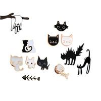 Karikatür Siyah Beyaz Çift Kedi Balık Kemik metal Emaye Pin Broş bayanlar sevgilisi yaka Sırt Çantası Yaka Iğne Hayvan Rozeti Takı
