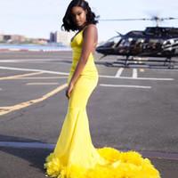 Sexy Criss Cross bretelles dos ouvert sirène robe de bal jaune avec plumes v-cou train filles noires longues robes Graduation Robe de Soirée