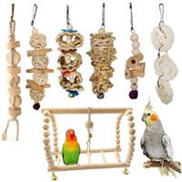 Combinación 7PCS / Lote loro artículos de juguete aves loro Chew del pájaro del juguete de los juguetes divertidos bola del oscilación de Bell pie de formación Juguetes
