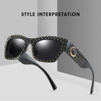 4b50ddf76 2019 Moda Vintage Fresco Estilo Quadrado Rebites Óculos De Sol Das Mulheres  Dos Homens Gradiente Design