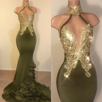 2019 Halter Olive Green Satin Long Sirena Vestidos de Prom Pasos Negros Chicas Encaje Applique Abalorios Ruffles Ruffles Barrido Tren Vestidos de noche
