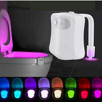 45V intelligente nuit capteur de lumière toilettes lampe 8 couleurs toilettes Rétro-éclairage activé Lampe LED Bowl Luminaria Veilleuse