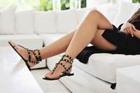 Di vendita calda Mujer Colore Rivetti Spiked gladiatore sandali piani delle donne Stones Studded Sandalo Big Size donna del design Scarpe estive economici