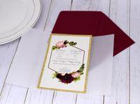 Invitación de boda de la impresión personalizada de la flor del brillo de oro con la envoltura de vitela Bow Burgundy Sobre, invitaciones brillantes para quinceañera