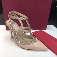 2019 mulheres sapatos de salto alto sandálias sapatos de casamento rebites de couro envernizado Sandálias Mulheres Studded Strappy Dress Shoes v sapatos de salto alto + caixa